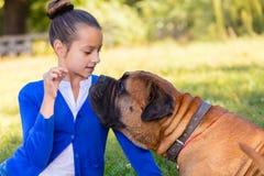 Muchacha adolescente con el perro Foto de archivo libre de regalías