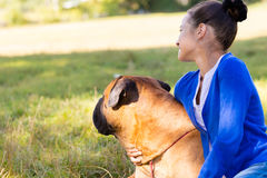 Muchacha adolescente con el perro Fotografía de archivo libre de regalías