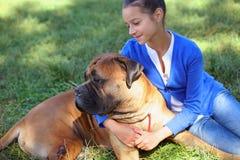 Muchacha adolescente con el perro Foto de archivo