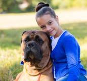 Muchacha adolescente con el perro Fotografía de archivo