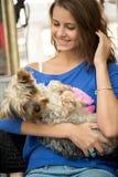 Muchacha adolescente con el perro adorable Imagen de archivo libre de regalías
