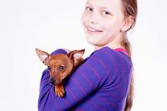 Muchacha adolescente con el perro en sus manos, primer Imágenes de archivo libres de regalías