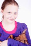 Muchacha adolescente con el perro en sus manos, primer Fotos de archivo libres de regalías