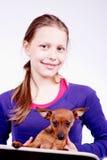 Muchacha adolescente con el perro en sus manos, primer Foto de archivo libre de regalías