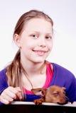 Muchacha adolescente con el perro en sus manos, primer Imagen de archivo