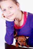 Muchacha adolescente con el perro en sus manos, primer Fotos de archivo