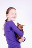 Muchacha adolescente con el perro en sus manos, tiro del estudio Foto de archivo libre de regalías