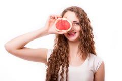 Muchacha adolescente con el pomelo en manos Imagenes de archivo