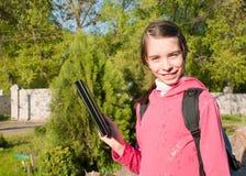 Muchacha adolescente con el programa de lectura del e-libro al aire libre Imagenes de archivo
