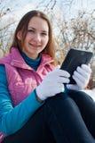 Muchacha adolescente con el programa de lectura del e-libro en un parque Fotografía de archivo libre de regalías