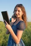 Muchacha adolescente con el programa de lectura electrónico del libro Imágenes de archivo libres de regalías