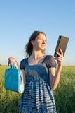 Muchacha adolescente con el programa de lectura electrónico del libro Fotos de archivo libres de regalías