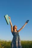 Muchacha adolescente con el programa de lectura electrónico del libro Foto de archivo libre de regalías