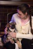 Muchacha adolescente con el puppie Fotografía de archivo libre de regalías