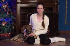 Muchacha adolescente con el puppie Foto de archivo