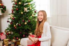 Muchacha adolescente con el regalo de la Navidad Imágenes de archivo libres de regalías