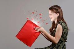 Muchacha adolescente con el regalo mágico de las tarjetas del día de San Valentín de la sorpresa Fotos de archivo