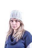Muchacha adolescente con el sombrero de punto y la rebeca Fotos de archivo libres de regalías