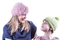 Muchacha adolescente con el sombrero de punto y la rebeca Imagenes de archivo