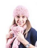 Muchacha adolescente con el sombrero de punto y la rebeca Foto de archivo