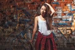 Muchacha adolescente con el tablero del patín, forma de vida urbana Fotografía de archivo libre de regalías