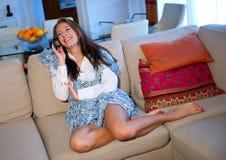 Muchacha adolescente con el teléfono Fotografía de archivo libre de regalías