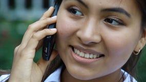 Muchacha adolescente con el teléfono celular Foto de archivo