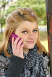 Muchacha adolescente con el teléfono celular Fotografía de archivo libre de regalías