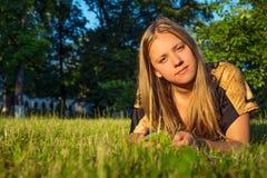Muchacha adolescente con el teléfono en naturaleza Fotos de archivo libres de regalías