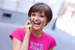 Muchacha adolescente con el teléfono móvil Foto de archivo