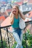 Muchacha adolescente con el teléfono móvil Fotos de archivo libres de regalías