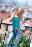 Muchacha adolescente con el teléfono móvil Fotos de archivo