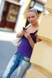 Muchacha adolescente con el teléfono móvil Imagenes de archivo