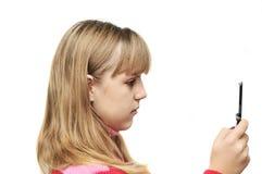 Muchacha adolescente con el teléfono móvil Fotografía de archivo