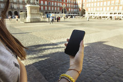 Muchacha adolescente con el teléfono móvil a disposición, turista en la ciudad Foto de archivo libre de regalías