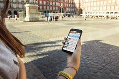 Muchacha adolescente con el teléfono móvil a disposición, turista en la ciudad Fotos de archivo