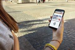 Muchacha adolescente con el teléfono móvil a disposición, turista en la ciudad Imágenes de archivo libres de regalías