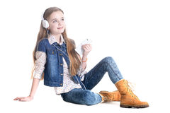 Muchacha adolescente con el teléfono y los auriculares Fotografía de archivo libre de regalías