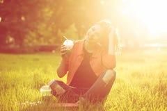 Muchacha adolescente con fresco con sabor a fruta y el monopatín Imágenes de archivo libres de regalías