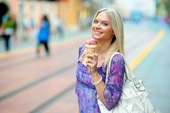 Muchacha adolescente con helado Foto de archivo