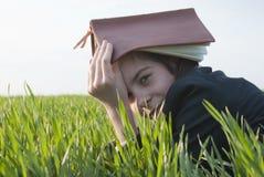 Muchacha adolescente con la biblia Fotos de archivo