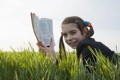 Muchacha adolescente con la biblia Fotos de archivo libres de regalías