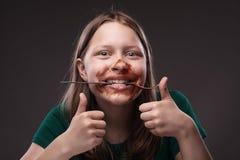 Muchacha adolescente con la bifurcación en sus dientes Fotografía de archivo libre de regalías