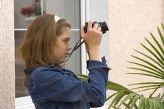 Muchacha-adolescente con la cámara Foto de archivo libre de regalías