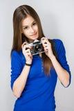 Muchacha adolescente con la cámara de la foto. Fotografía de archivo