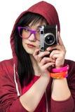 Muchacha adolescente con la cámara en el fondo blanco. Fotos de archivo libres de regalías