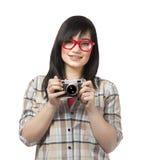 Muchacha adolescente con la cámara en el fondo blanco. Imagen de archivo