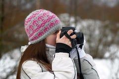 Muchacha adolescente con la cámara en manos Imágenes de archivo libres de regalías