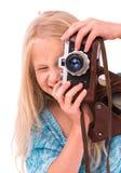 Muchacha adolescente con la cámara retra en un fondo blanco Foto de archivo