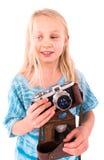 Muchacha adolescente con la cámara retra en un fondo blanco Imágenes de archivo libres de regalías